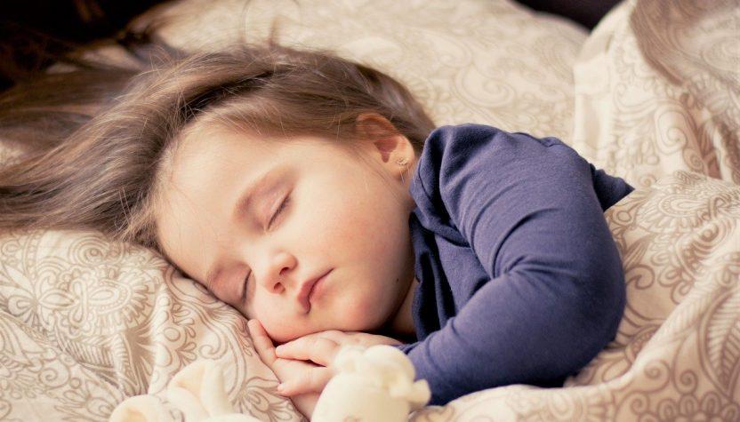 Pourquoi bébé dort sur le ventre ?
